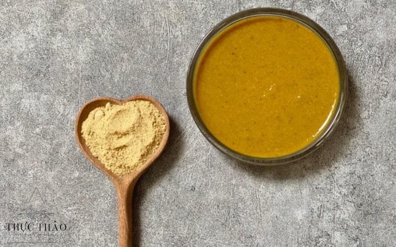 Pha bột cùng với nước ấm, mật ong để sử dụng làm mặt nạ