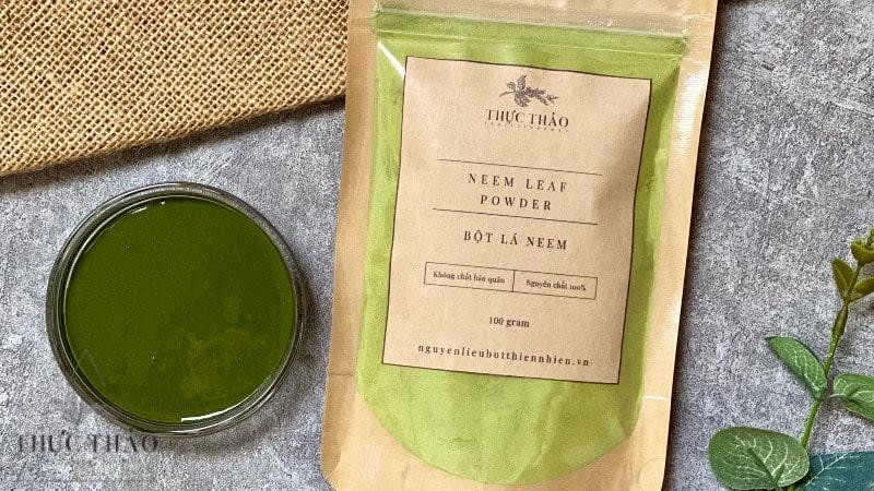 Kết hợp bột lá neem cùng nước ấm hoặc mật ong