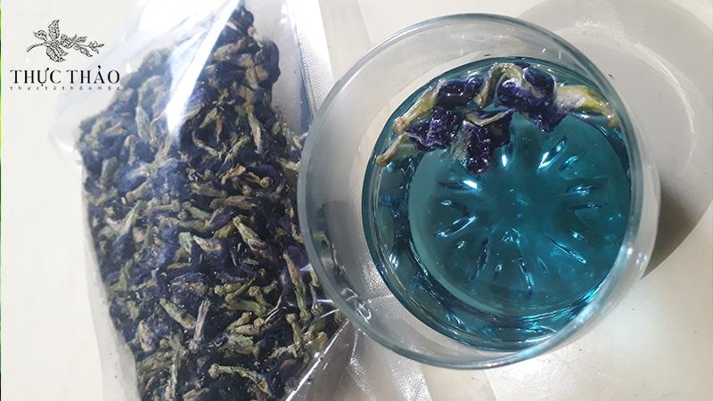 Cho 4-5 hoa đậu biếc vào khoảng 300ml nước 90 độ C là bạn đã có ngay tách trà vạn năng