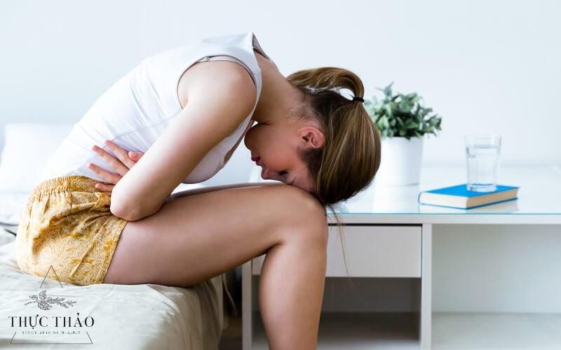 Sử dụng trà hoa hồng giảm đau bụng kì kinh nguyệt