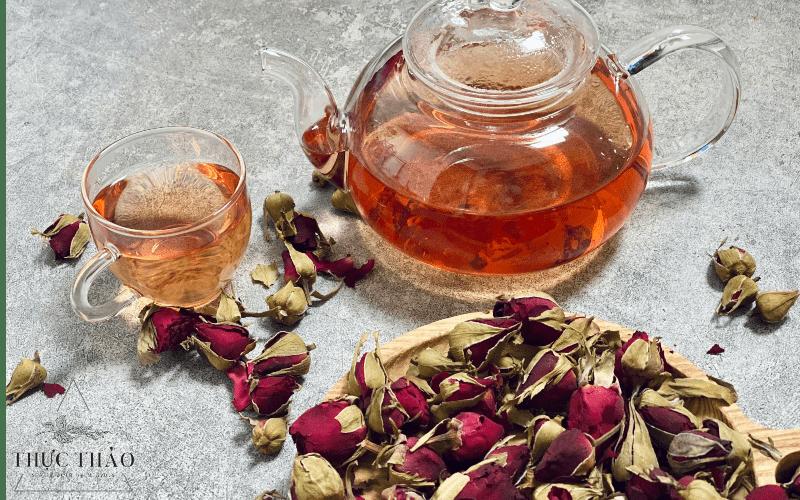 Chất trà có màu cam đỏ (hồng) nhạt