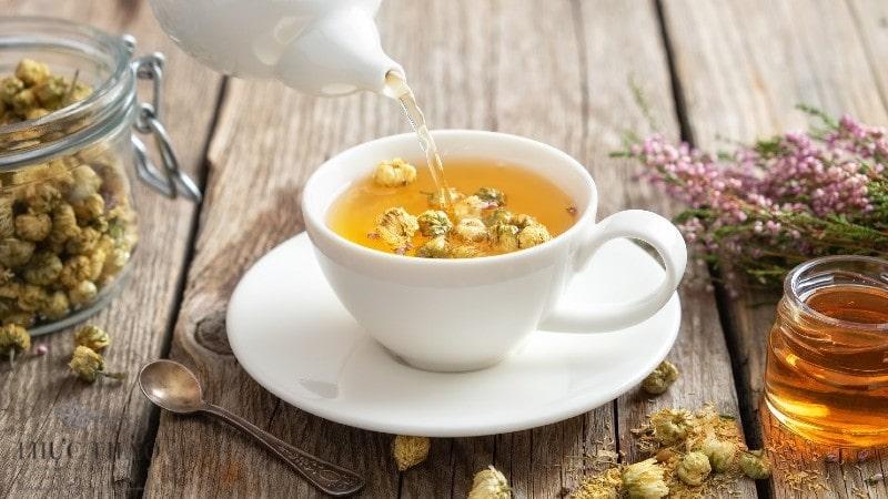 Pha trà hoa cúc với mật ong và ít cỏ ngọt