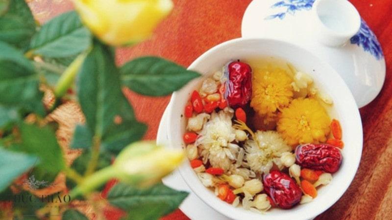 Tách trà hoa cúc cùng mật ong, táo đỏ, kỷ tử đầy bổ dưỡng