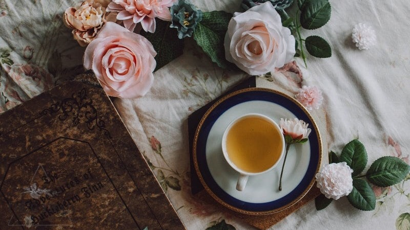 Uống trà hoa hồng có tác dụng detox, thư giãn