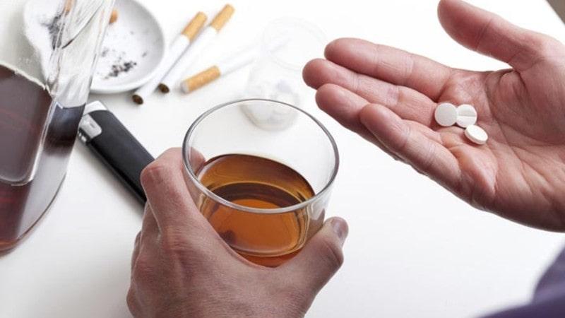 Không uống trà cùng với thuốc