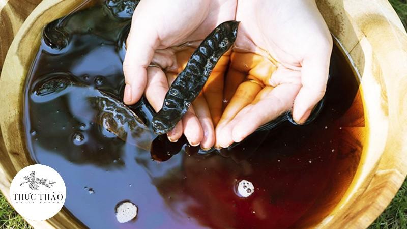 Có thể xả lại với nước hoặc không sau khi gội đầu từ bồ kết trái