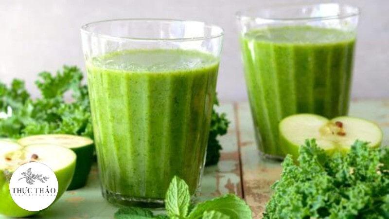 Pha bột cải xoăn Kale cùng nước ấm và thêm ít mật ong để dùng mỗi ngày