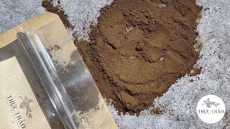 Chất bột cây chó đẻ đã sao rang có màu sậm hơn bột chưa sao